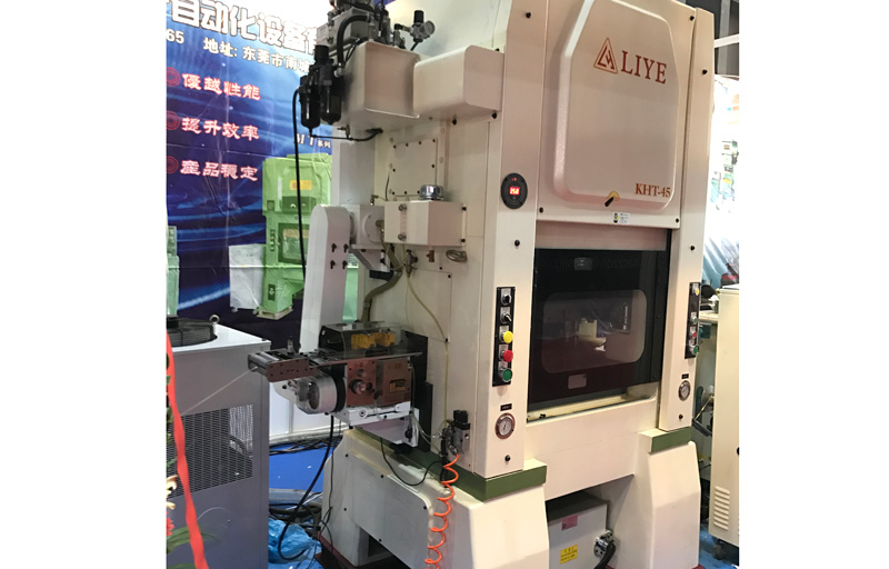 Standing blade punching machine with long harmonic high-speed gripper feeder is